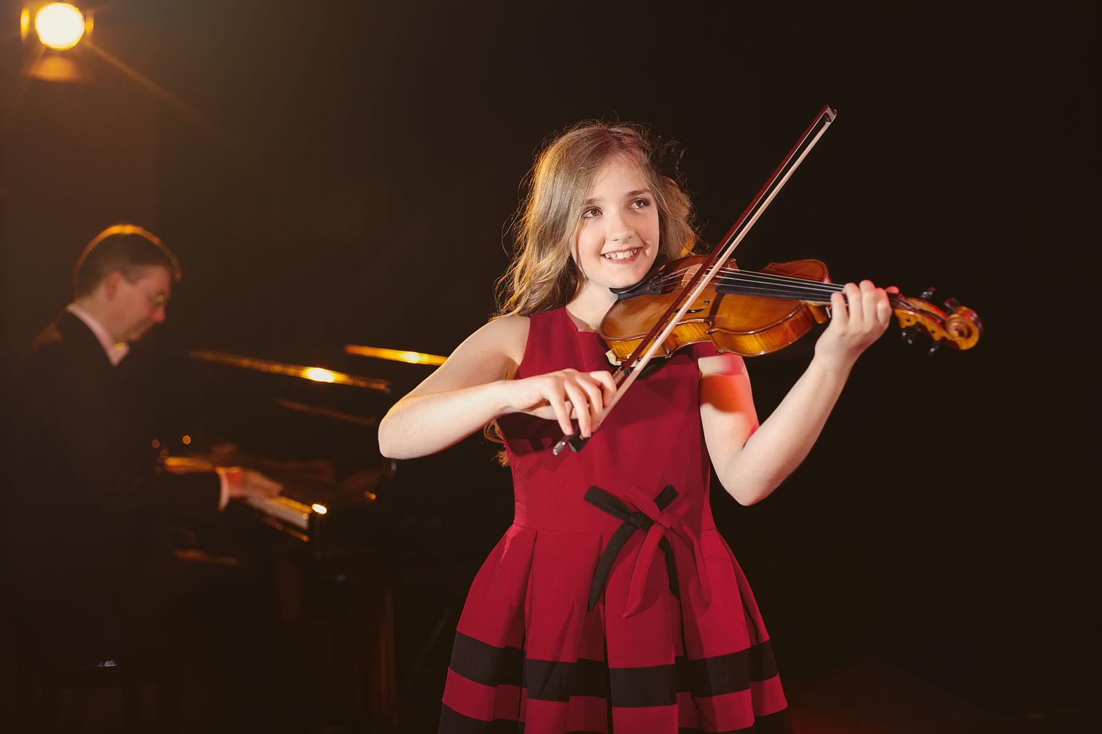 Geige Mädchen Klavier Musik musizieren rotes Kleid Musik