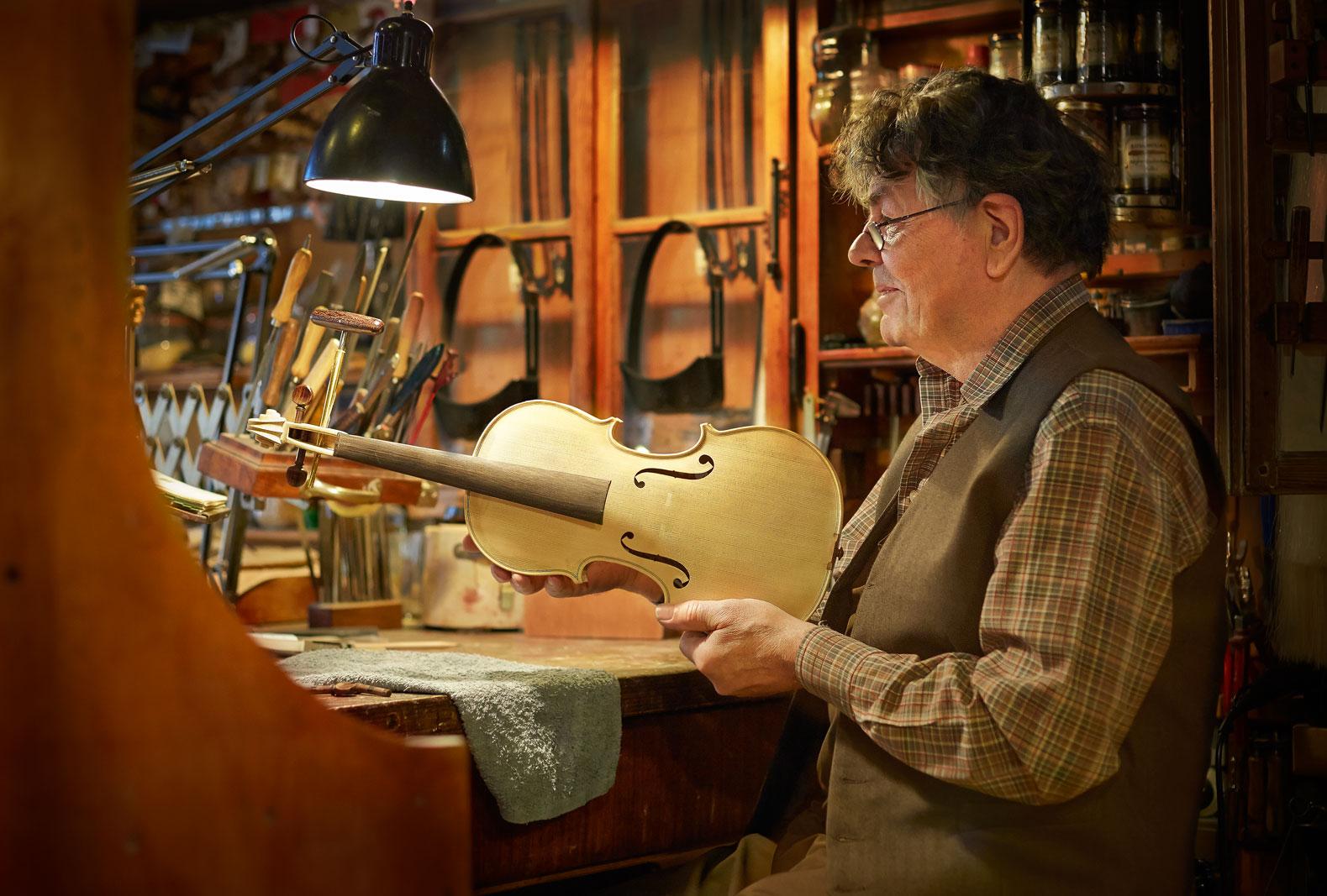 Geige Hand Konstruktion Malen Farbe Geigenbau Handwerl Instrumentenkonstruktion Holz