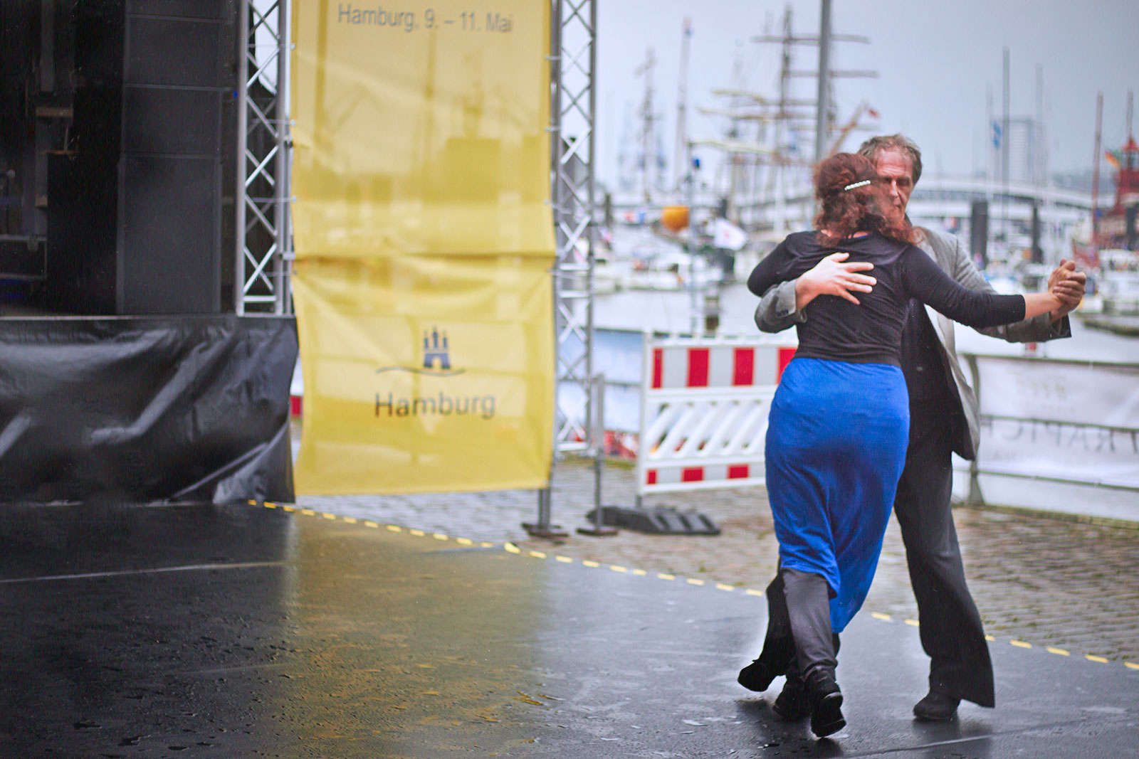 Dancing in the rain couple tango no matter what shietwetter hafenfest hamburg